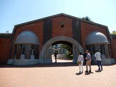 ナビに網走刑務所と入れたら、現在の網走刑務所に連れていかれました。  ナビには網走監獄と入れましょう。 少し迷ってから到着した網走監獄博物館の入り口です。