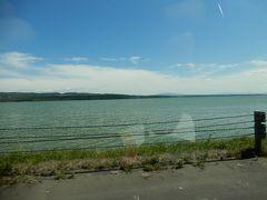 国道238から網走道路を西に向かいます。  途中で見えた網走湖です。 屈斜路湖・摩周湖・知床五湖・涛沸湖・藻琴湖に次いで6湖目です。