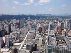 仙台駅近くの高層ビルの展望フロアに上って周囲を見渡してみる。