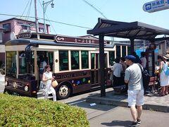 瑞鳳殿前で下車。バスはレトロ調。神戸のシティループに似てる。