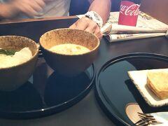 7時になったからキャセイのラウンジに移動して、担々麺とフレンチトーストを半分こ。 うん、担々麺がクリーミーでおいしい~♪