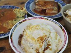 天天利美食坊に到着。 楽しみにしてた半熟卵かけ魯肉飯~♪  …が、独特の香辛料と脂身の多さがまだお酒が残る胃にきて、ほとんど食べられなかったー。  魯肉飯(大)と(小)、大根餅、カキの卵焼き、全部で 200元。