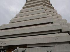 10:15  ワットパクナム大仏塔  ワットパクナム自体は歴史のある寺院ですが、 大仏塔はまだ新しいんですよね。 だから、日本人以外の外国人や、大規模な団体さんは居ないのです。これが二重丸!!  静かです。  靴を脱いで中にお邪魔します。 入場料も無料!