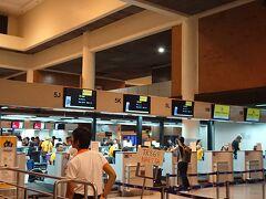 ホテルに迎えに来てもらい、ドンムアン空港に向かいます。  帰りもスクートで帰ります。 0:45出発ですが、21:30にはチェックインが始まります。  来るときと同じく、パスポートを渡すだけでチェックイン完了。 手荷物も預けて、出国審査です。