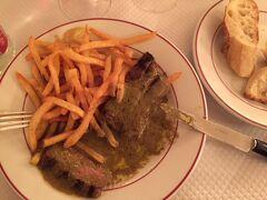 サラダに続いて、しばらくするとお肉とポテトがサーブされました。アメリカの大きなステーキと違って、ほどよく火がとおった赤身肉がカットされています。  「微妙な量だけど、美味しいね。」  周りのテーブルを見渡すと、先に着席したテーブルでは2回目のサーブが始まっています。  「どうりで、もう一回あるんだ。」  味ばかりでなく、量の面でもハルキは満足したようです。私もおなかがいっぱいになりました。お隣のテーブルではデザートをいただいているようですが、私たちは遠慮することに。ごちそうさまでした。  「おなかもいっぱいになったし、ルーヴルもう一度行こうか。」  食事(サラダ+ポテト+ビーフ):26.5ユーロ/人 Wine:19ユーロ/本、Vittel:4ユーロ/本  le Relais de l'Entrecôte 20, RUE SAINT-BENOÎT - 75006 PARIS http://relaisennr.cluster011.ovh.net/?page_id=396