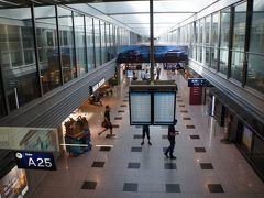 デュッセルドルフ空港 (DUS)到着は16:00ですが、日本と7時間の時差があるので日本時間の23:00です。空港到着後の第一印象が「暑い、なんか蒸し暑い」昨年同時期のフランス旅行がかなり涼しかったので涼しいヨーロッパをイメージしていたのですが。今年はヨーロッパも異常気象で各地で最高気温を更新しているようです。