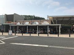 定刻に新宿を出発したバスは 順調に中央高速を走り およそ1時間半後に最初の休憩地 談合坂SAに到着です。