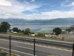 平日とあって渋滞もなく 快適なバス旅が続きます。 2回目のトイレ休憩は諏訪湖SAでした。  夏の湖上花火大会で有名な諏訪湖。 いつかは、訪れたいものです。