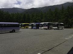 新宿を出発してから約5時間 無事に上高地バスターミナルに到着です。  マイカー規制のある上高地へ 日本全国からたくさんのバスが乗り入れています。
