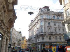 ホテルにスーツケースを預けてオロモウツに向かうバスの時刻まで街歩きです。街の中央を南北に延びるマサリコヴァ通りには古い重厚な建物も多く残っています。