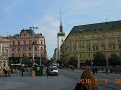 昨夜来た自由広場。奥の塔を持つ建物は13世紀に創建された聖ヤコブ教会です。