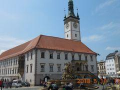 ホテルから300m程度で旧市街の中心ホルニー広場に建つ市庁舎【名所番号7】の裏に出ました。  市庁舎は、15世紀に建てられ1955年に改造されました。正面は現在修復中でこの位置からが最も美しく見えました。