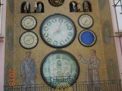 仕掛け時計の下には労働者と科学者の絵が描かれています。社会主義時代の改修時に描き換えられたのでしょう。