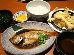 のどぐろ、来た~!!! 島根出身の錦織圭君が、日本に帰ってきたら食べたいものに、のどぐろを挙げたと聞いた時から、島根に来たら、何が何でも、食べたいと思っていました。 浜田の白いかも、美味そう。 ご飯、味噌汁のお食事セットもつけて、いただきます。  全部で3400円くらいでしたが、居酒屋での3千円は、「友達と飲んで騒いだ時と同じくらいやん」ってことで、あまり違和感を感じずに払えてしまいます。