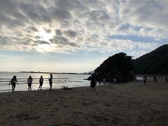 目的は、神聖なこの浜で夕陽をみること! 皆さん思い思いに浜辺で楽しんでいます。