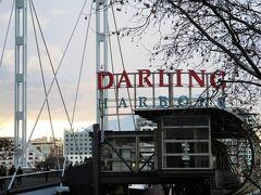 ホテルでしばしくつろいだ後、夕食に Harbourside Shopping Centreへ向かいました。  またまたピアモント橋を渡ります。