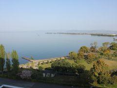 目覚ましをセットしておいたのですが、鳴る前に自然と目が覚めました。 ベランダに出てみると正面に琵琶湖が広がり、清々しい朝です。