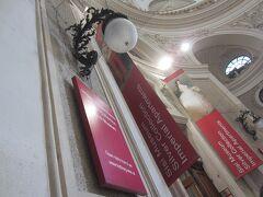 シシィ美術館は9時オープン。並んで9時を待つ。