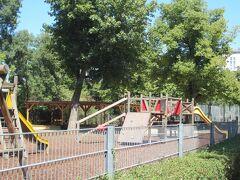 スタッドパークの駅、ホテルと反対側の出口にはエレベーターあり。子どもの遊び場も発見。