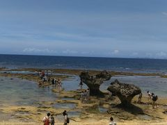 名護方面へ向い!古宇利島まで行きます。 ハートロックへ!こんな干潮なんだねー、岩場の水溜まりに、いろーんなお魚たちがいて、面白かった~