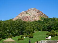 昭和新山。 それにしても何という色のコントラストなのだろうか! 海外からの観光客も多かったし、日本人客も多かった(笑)