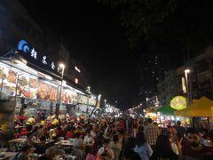 夕食はアロー通りの屋台街です。後日聞いた話ですが、前日まで何日か雨が続いていたようで、今晩はかなりの人出です。マレー料理の屋台がたくさんあるのかと思っていたのですが、実際はほとんど中華料理です。中国語でガンガン客引きしてきます。