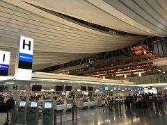 ★8月11日(土・祝) 23時 @羽田国際空港  今日から16日まで、待ちに待った夏休み♪ 体調も万全、家庭内も仕事も落ち着いているので、心置きなく旅に出れます。 コレって凄いことです。 ここ数年、連休を取って旅することが難しかったから。。。  GWに仕事で行ったハワイから家族の理解も深まり、年内のJGC修行宣言をしてからは、私の奇行(笑)に何かと理解を示していてくれてます。 お姑さんと夫に感謝!