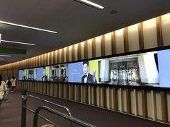 今年竣工したばかりの 仁川ターミナル2(T2)。 初めて来ました。 綺麗だし 広ーい。遊歩道も長ーい。 パラダイスカジノPR大使のスヒョンくんのパネルも長々です。