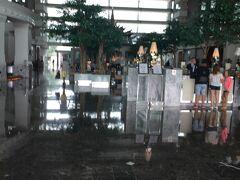 今回バンコクで泊ったホテルは空港から近い ノボテル スワンナプーム エアポートです。 空港から無料シャトルバスが出ているのですが、 このシャトルバスの受付が分かりづらかった(+o+) 空港の人に色々聞いたのですが、 皆さん「4番出入口の近くだよ!」と言います。 4番出入口に行っても受付の様なところは見つからず…。 外なのかしらと思って空港の外に出てみても見つからず。 で、もう一度4番出口から空港の中に入ってみて ふと右を見たらちょこんとありました。 申し訳なさそうに受付が。 これは見落とすわな…。