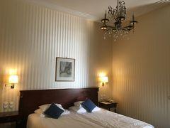 アンバサダーホテル。 寝室とは別にもうひと部屋あり、広々としてて快適!