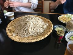 宇奈月温泉に着いてまずはお昼。 今回宿泊する延楽の目の前にあるお蕎麦やさん わらびやでざる蕎麦をいただきました。