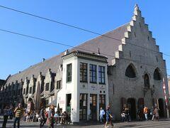 """【大肉市場】""""Groot Vleeshuis""""  1406年から1410年にかけて建てられた、屋内肉市場の建物です。 (日本語訳だとなんだか笑ってしまいます)  かつては貧しい人々が、ここで肉の臓物をもらっていたのだとか。"""