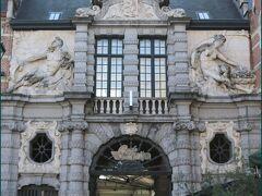 """【聖ヴェーレ広場】""""Sint-Veerleplein""""  広場の一角には17世紀建造の「旧魚市場」の建物があり バロック様式の装飾が見事です。  屋根の上では海神ネプチューン像が レイエ川を象徴する女性像(右)と スヘルデ川を象徴する男性像(左)を従えています。  ※ゲントはレイエ川とスヘルデ川の合流地点に発展した街で  港として繁栄していたことがうかがえます。"""