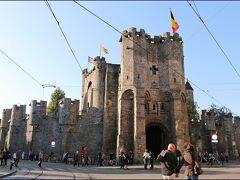 """【フランドル伯の城】""""Gravensteen""""  聖ヴェーレ広場向かいに、1180年に築城された フランドル伯の城塞があります。  (フランドル地方に残る唯一の中世の城塞だそう)"""