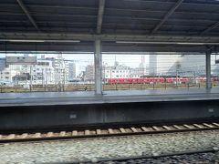 通過中の豊橋駅のホーム越しに名鉄電車が見えていました。