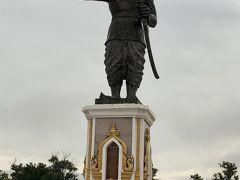 川沿いにはヴィエンチャン王国最後の王、アヌオォン王の像がメコン川に向かって立っています。 ラオスではアヌオォン王は英雄みたいですね。