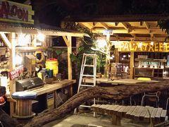 さてさて、陽が暮れたので、夜の部! リーフイン国吉の真裏にある なんか、テンション上がるお店へ入ってみます!