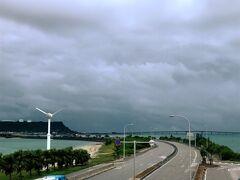 海中道路です。 これは浜比嘉ビーチからの帰りに撮った写真で、雨はあがっていますね。
