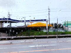 沖縄旅3日目。 北谷のホテルをチェックアウト。 やっぱり雨~。 そんななか海中道路を渡って浜比嘉島を目指します。  そのまえに食料調達。黄色い屋根が目印。