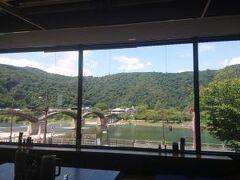 バスセンター2階の錦帯茶屋。 窓から、錦帯橋が見えるなんて、贅沢ーー