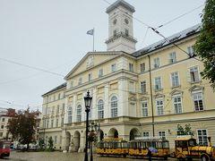 めげずに傘さして散策へと。ホテルの前にあったリヴィウ市庁舎。 ホテル前のルィノク広場がリヴィウの中心の広場です。