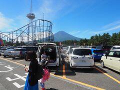 富士急ハイランドに10時半くらいに到着。 第一駐車場に無事止めることができました、他の駐車場は遠いので注意! 山梨の夏は、8月にしては風が気持ちよくいい1日になりそうです。