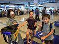 北陸新幹線から京成スカイライナーに乗り継ぎ無事、成田空港へ到着。初めて京成スカイアクセス線を利用しましたが、その快適性にびっくり。  かみさんと子供たちは、数日前にかみさんの実家へ帰省していたので、成田空港で待ち合わせ。家族と無事落ち合えて、ホッとするパパでした。