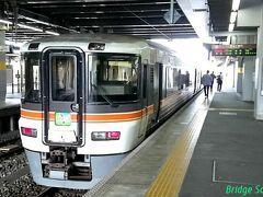 【豊橋駅】 18切符で豊橋12:42発 本長篠行(次13:42発) ※列車は全て普通に乗車。この先見所のある《右側の座席を確保》  窓が汚い場合、撮影は帰りに期待。