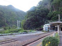 【大嵐駅】 17:11着 駅から民家が一つも見えない秘境駅です。佐久間ダム建設に伴い、1955年中部天龍~大嵐間の路線付け替えが実施されました。