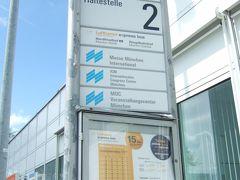13時頃着陸して、2人しかいない入国審査を突破して14時ごろにターミナル1のCエリアに出て・・・バス停は??そのへんのお兄さんにルフトハンザのバス停を聞いたら中に戻って地下に行って真っ直ぐ、簡単だよって言われた通りの道筋で出たよターミナル2のシャトルバス乗り場!ターミナル1にもバス停があるはず!  https://www.airportbus-muenchen.de/en/  日本でルフトハンザのHPでオンラインチケットを購入印刷して行きました。往復で17ユーロ(片道10.5ユーロ)でした。ドライバーから買ったら18ユーロ(片道11ユーロ)ですので、そんなに変わらない。 市内交通1日券がついたエアポートチケットは電車Sバーンだったかな?片道13ユーロと迷ったんですけど市内移動に乗り物使わないかなと思って、直通バスにしました。 50分くらいで、あっという間に中央駅の向こう側に到着。中央駅を突っ切りホテルへ向かいます。