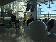 HEL-RIXは別ギリチケットという事もあり、一度入国して再度チェックイン。  乗継FY1075便はお安いチケットだと預け荷物は有料。しかーし、ワンワールドエメラルドだと1人1個無料。いいぞー、フィンエア。  再度チェックインしたら、出発まではしばしフィンエアーのシェンゲンエリアのラウンジへ。