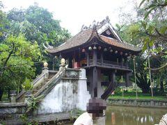 次に向かったのは一柱寺です。  ガイドブックによると、この一柱寺は1049年に 李王朝時代の皇帝・李太宗(リー・タイトー)が 建立したとの事です。 長年子宝に恵まれなかった李太宗でしたが、 ある日、夢の中に蓮の花の上に立つ観音菩薩が出てきました。 その時に子供が授かると言う予言をされ、 後日本当に子供が誕生したとの事。 その時の感謝の気持ちを表して夢の中の姿をイメージして 立てられたとの事です。