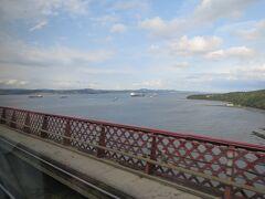 16:07発のGlenrothes行き普通列車に揺られること15分ちょい、急に景色が開けたと思ったら海の上を飛んでいた。  眼下に広がるのがフォース湾、そしてまさに今渡っているのがフォース鉄道橋。姿が見えないので迫力が伝わってこないけど、かなり高いところを走っているのでデカイ橋なんだろうというのは分かる。