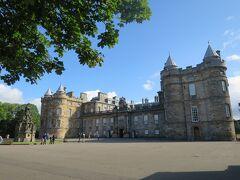 そのクイーンズギャラリーを過ぎて、ロイヤルマイルの東の果てにあるのがホリルードハウス宮殿The Palace of Holyroodhouse。大人2名+ガイドブックで32.95ポンド也。